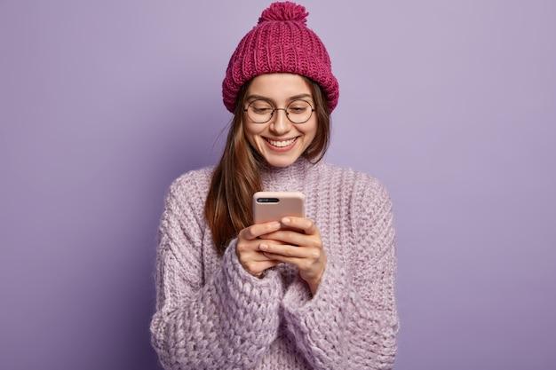 Giovane donna che indossa abiti invernali