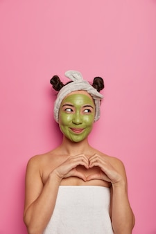 若い女性は入浴後に自然なフェイシャルマスクスキントリートメントを着用します