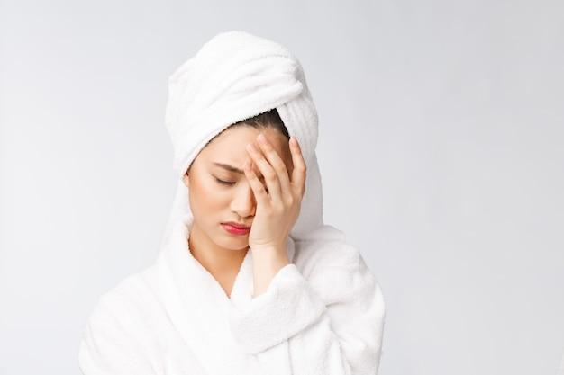 健康上の問題の美しさとヘルスケアの概念に悩む若い女性