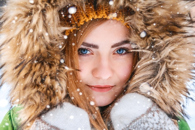 若い女性の冬の肖像画幸せな女の子のクローズアップの肖像画