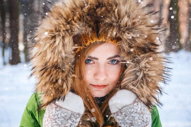 若い女性の冬の肖像画