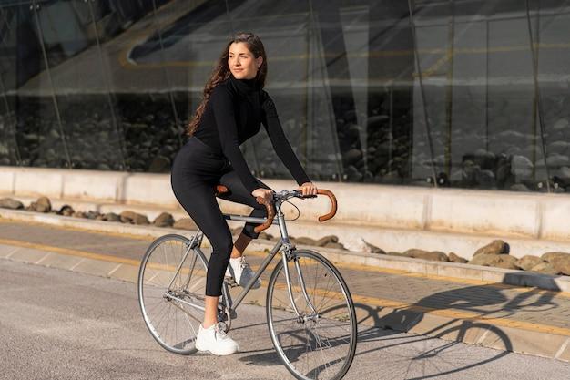 야외에서 자전거와 함께 젊은 여성