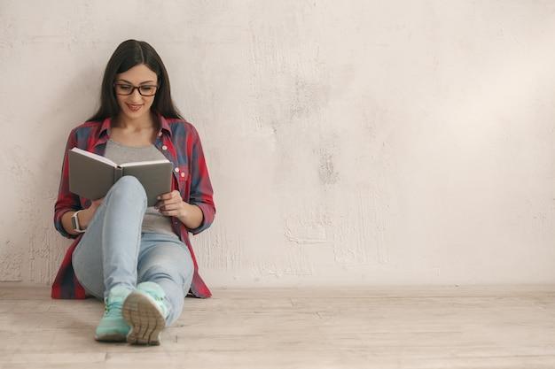 本のスタジオの肖像画を持つ若い女性