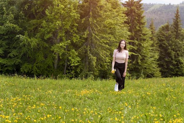 Молодая женщина с букетом цветов, прогулки на лугу.