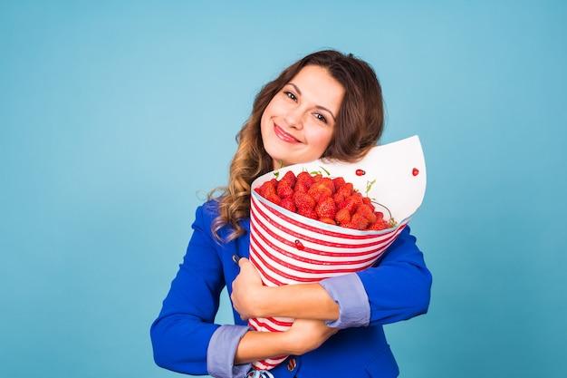 Молодая женщина с букетом клубники