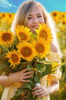 ひまわりの花束を持つ若い女