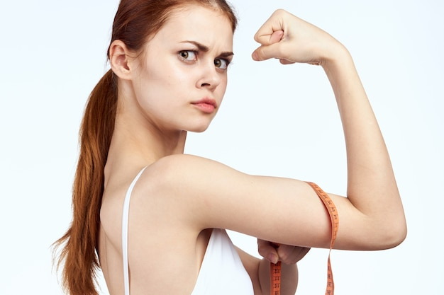 센티미터를 가진 젊은 여자는 그녀의 신체 비율을 측정