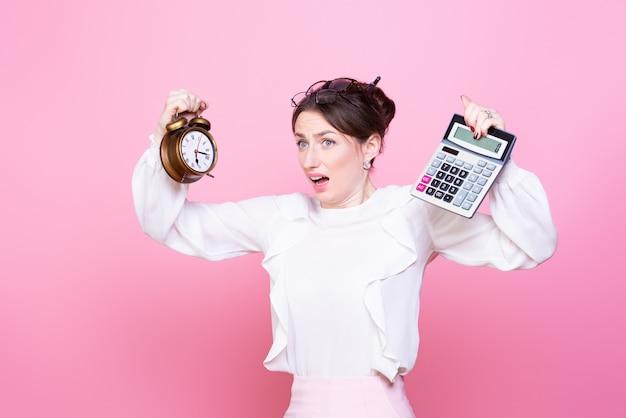 Молодая женщина с часами и калькулятором в руках паникует от спешки и нехватки времени.