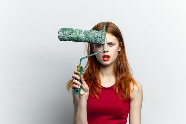 彼女の手で作図ツールを持つ若い女性