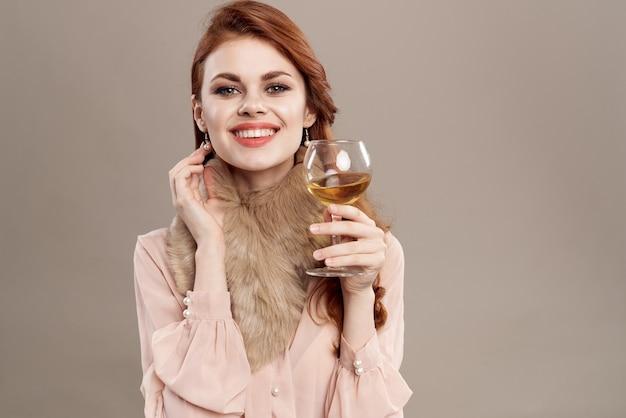 Молодая женщина с бокалом вина в винтажной одежде