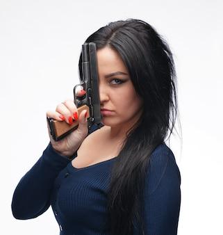 고립 된 총을 가진 젊은 여자