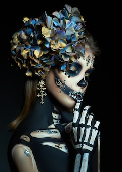 Молодая женщина с макияжем и костюмом на хэллоуин