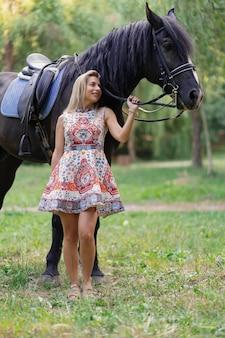 馬を持つ若い女