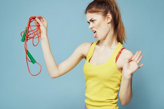 縄跳びを持つ若い女
