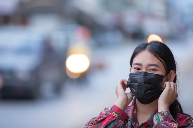 パンデミック時にマスクを持つ若い女性