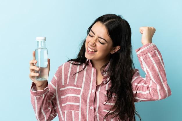 절연 물으로 젊은 여자