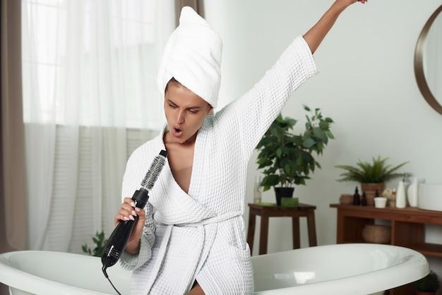 彼女の頭に白いタオルを持つ若い女性