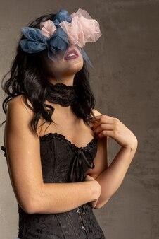 Молодая женщина с венком из роз на лице. страдает от одиночества