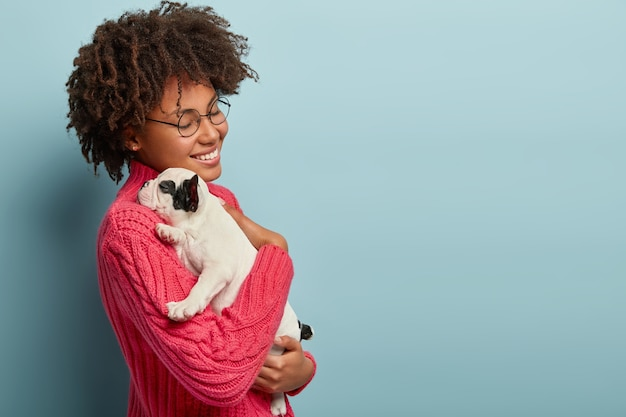 아프로 머리 지주 강아지와 젊은 여자