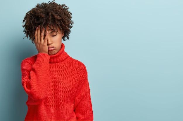 セーターを着てアフロヘアカットの若い女性