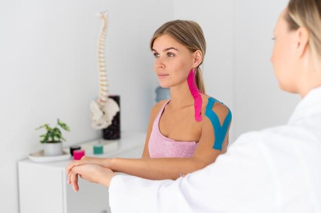 물리 치료를 하는 허리 문제가 있는 젊은 여성
