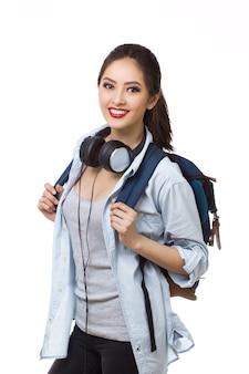 Молодая женщина с рюкзаком