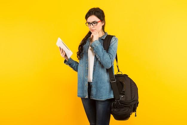 Молодая женщина с сумкой и пк Premium Фотографии