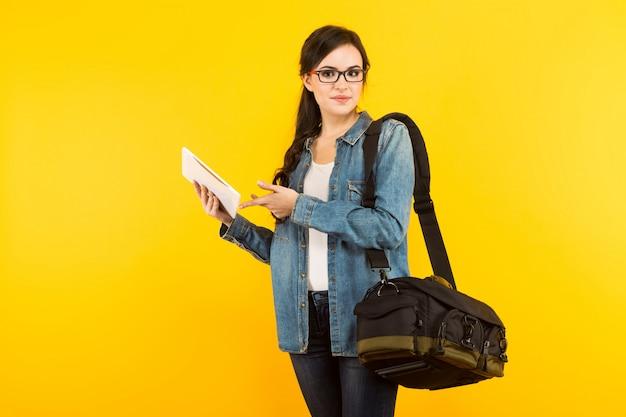 Молодая женщина с сумкой и таблеткой Premium Фотографии