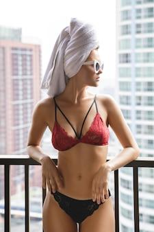美しいボディを持つ若い女性はセクシーなランジェリーを着ています。