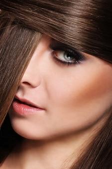 Giovane donna con bei capelli