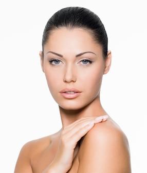 아름 다운 건강 한 얼굴을 가진 젊은 여자-흰색 절연