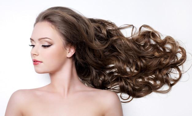 아름다운 긴 곱슬 머리를 가진 젊은 여자-흰색 배경