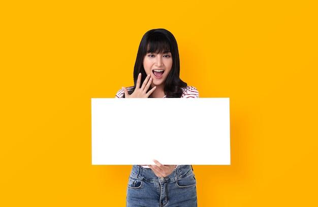 白紙の横断幕を持つ若い女
