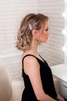 Молодая женщина со светлой прической и макияжем