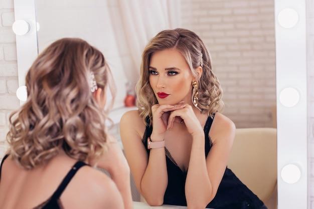 金髪の髪型とメイクの若い女性