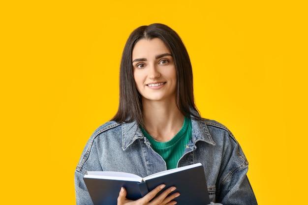 색상에 책을 가진 젊은 여자