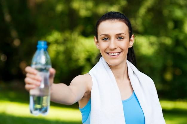 Giovane donna con una bottiglia d'acqua