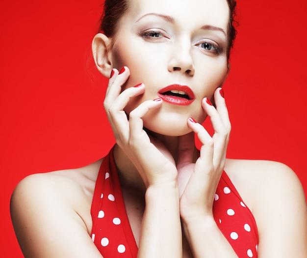 真っ赤な唇を持つ若い女性