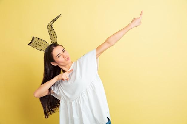Молодая женщина с кроличьими ушками на пасху