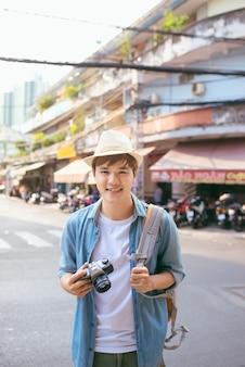 通りでカメラ撮影の若い女性