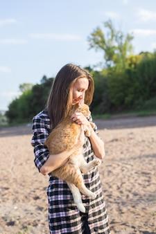 해변에서 고양이와 젊은 여자