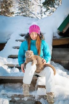 Молодая женщина с кошкой