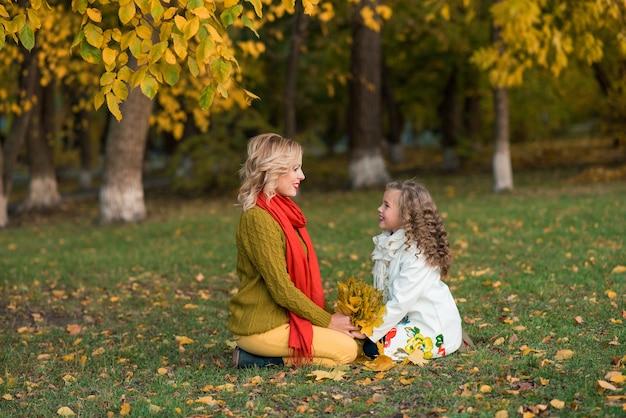 Молодая женщина с девушкой ребенка весело открытый.