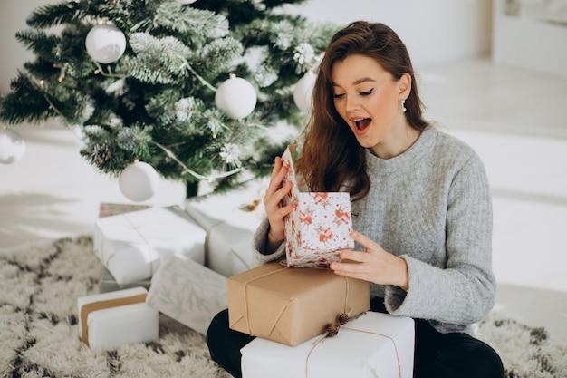 크리스마스와 젊은 여자 크리스마스 트리, 선물