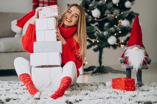 クリスマスプレゼントの若い女性