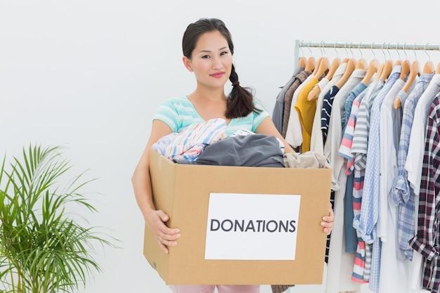 Молодая женщина с пожертвованием на одежду