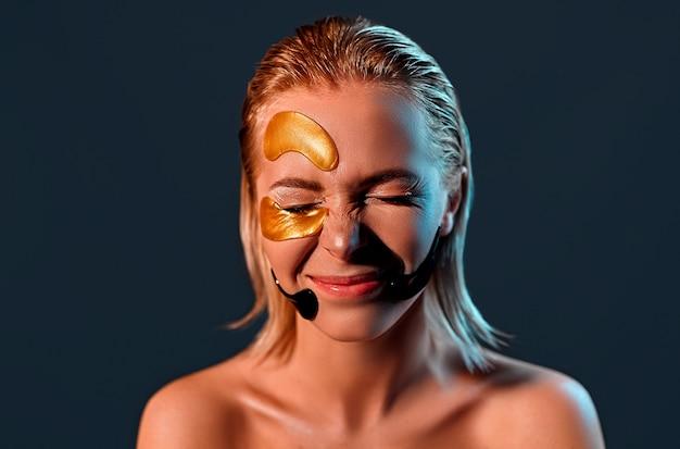 Молодая женщина с цветными пятнами на лице и закрыла глаза