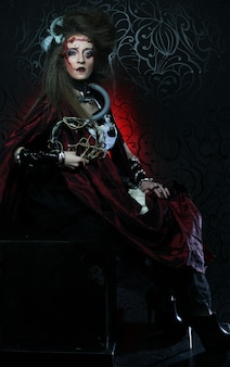 Молодая женщина с творческим макияжем. тема хэллоуина. тема зомби.