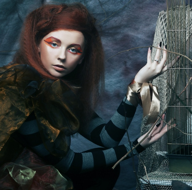 창의적인 메이크업 무대에서 포즈를 취하는 젊은 여자