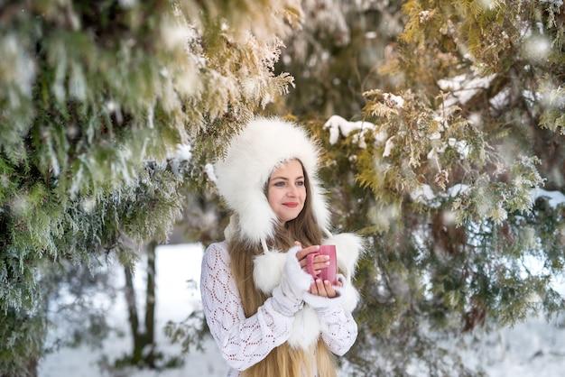 ウィンターパークでコーヒーを飲みながら若い女性
